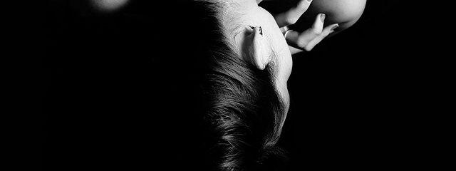 Начёрном камне– прядь волос…